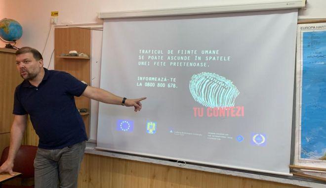"""Foto: Elevii de la """"Călinescu"""", vizitați de polițiști"""