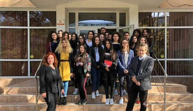 """Foto: Liceenii de la """"Călinescu"""", dornici să afle  cum îşi pot continua studiile în Franţa"""