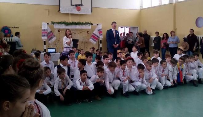 Foto: Elevii din Năvodari sărbătoresc  Ziua Dobrogei cu dansuri  şi cântece tradiţionale