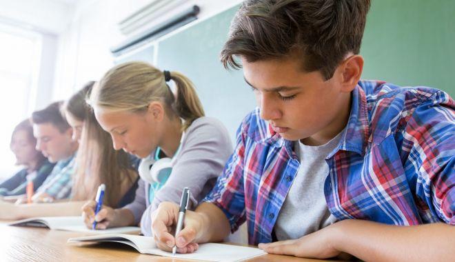 Notele de la simularea examenelor de Evaluare Naţională şi BAC 2019 pot fi trecute în catalog - eleviinclasa2-1551361027.jpg