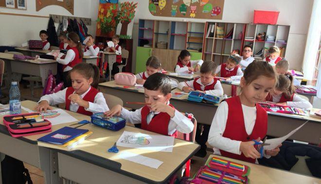 """Foto: Elevii Şcolii """"Lucian Grigorescu"""", editori pentru o zi"""