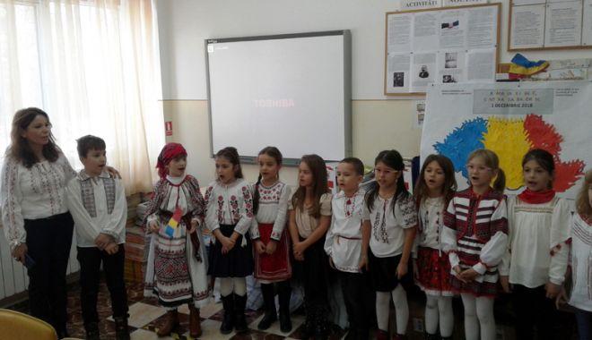 """Foto: Elevii Şcolii nr. 7 """"Remus Opreanu"""", mici ziarişti  la revista şcolii"""
