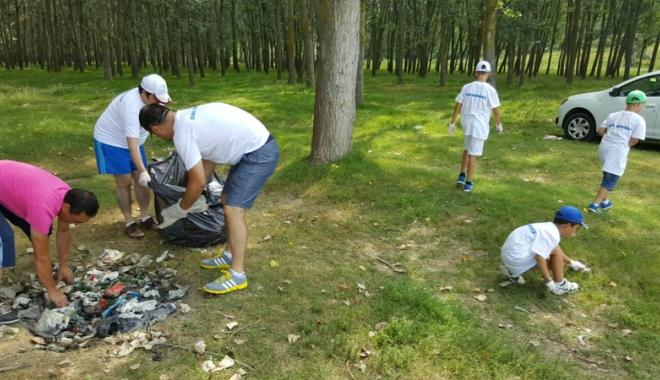 Foto: Elevii şi voluntarii au făcut curat  pe malurile Dunării