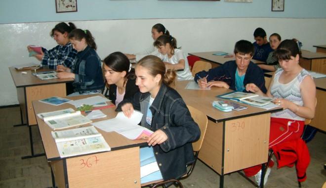Uite cine vrea să predea carte elevilor constănțeni! - eleviscoalaciocarliagf1-1327069748.jpg