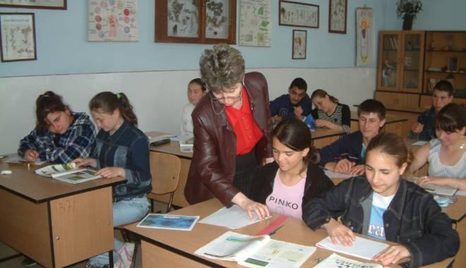 Foto: Profesori din Europa, în vizită la Şcoala din Ciocârlia