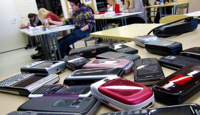 Foto: Profesorii, liberi să caute poze erotice în telefoanele elevilor