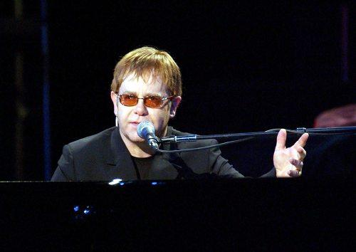 Foto: Elton John va produce un film autobiografic