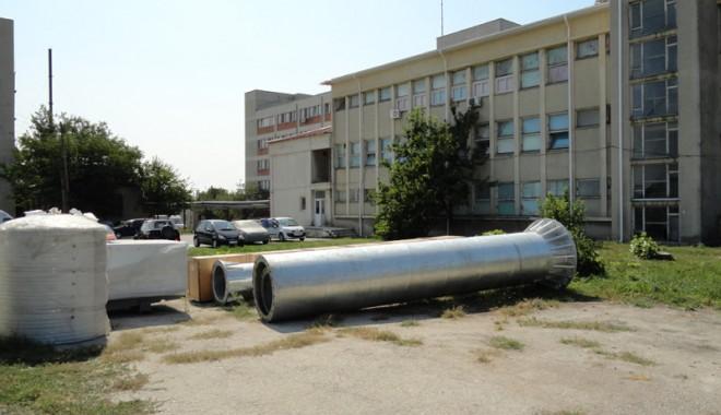 Foto: Turbină eoliană amplasată în curtea spitalului din Hârşova