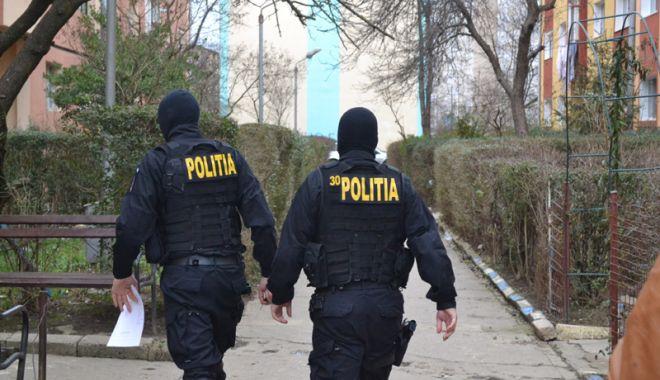 Foto: Escroc prins în flagrant de poliţişti. Încerca  să obţină  2.000 de euro