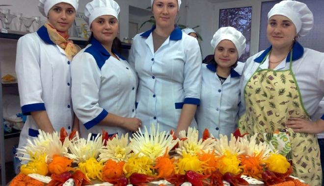Foto: Joburi în străinătate. Bucătarii şi ospătarii, la mare căutare