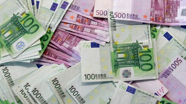 Foto: Euro, puţin mai slab decât ieri