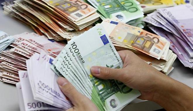 Foto: O femeie a aruncat la gunoi 9000 de euro. Concubinul ei a alertat Poliţia