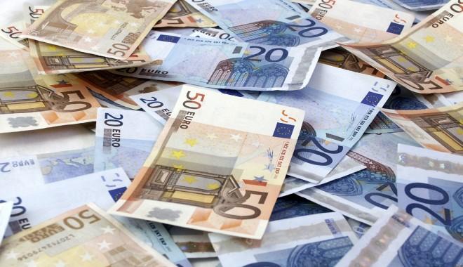 Foto: Leul ciupeşte din euro, dar e muşcat de dolar