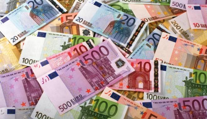 Foto: Euro bate şi astăzi pasul pe loc