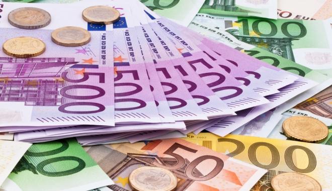 Foto: Leul a scăzut în raport cu moneda europeană, dar a crescut față de dolar