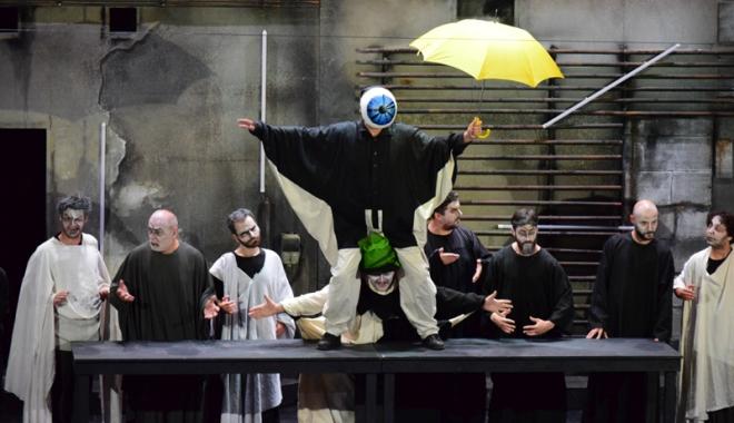 """Foto: """"Eutopia"""", o piesă jucată cu nerv, în care spectatorii au interacţionat cu actorii"""