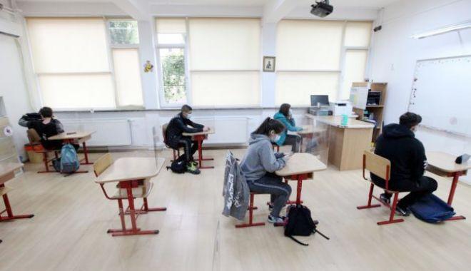 Foto: Evaluarea Națională - etapa specială. Peste 200 de absolvenți ai clasei a VIII-a susțin astăzi proba de Limba română