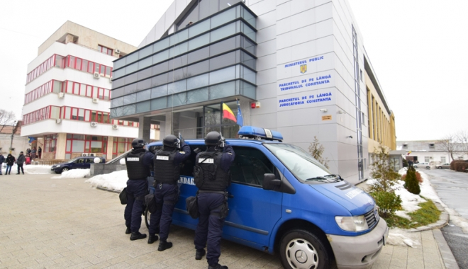 Foto: Procuror constănţean, luat ostatic pe acoperişul Parchetului! Trupele antitero au intervenit cu succes