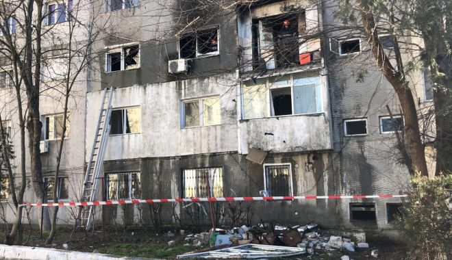 Foto: Explozie la Medgidia / Trei apartamente sunt afectate, inspectorii de la Construcții verifică blocul. Bărbatul salvat e acum de negăsit!