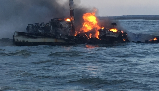 Foto: Explozie pe un tanc chimic. Şase marinari au dispărut