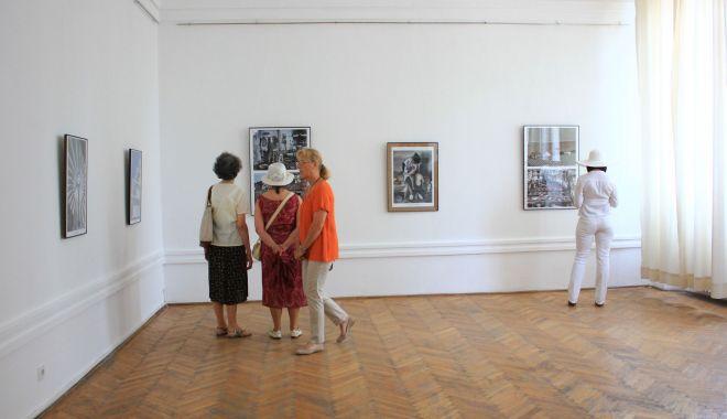 Foto: Expoziţie de grafică la Muzeul de Artă