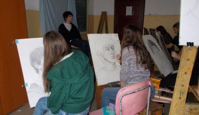 """Foto: Expoziţie la Galeria  de Artă """"Virgil Coman"""", organizată  de elevii Colegiului  """"Regina Maria"""""""