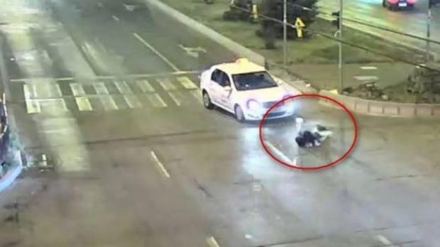 Foto: SCENE ŞOCANTE! Adolescentă de 16 ani, spulberată de un taxi pe o trecere de pietoni