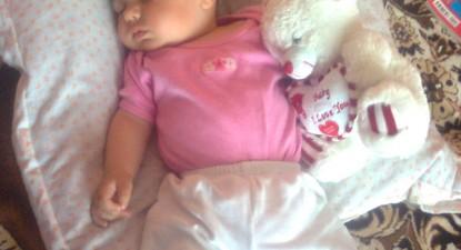 Foto: Bebelu�ii au picioru�ele cr�c�nate din cauza pozi�iei din uter
