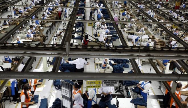 Foto: SITUAŢIE ŞOCANTĂ! Muncitorii din fabricile Zara au ascuns mesaje de ajutor în haine