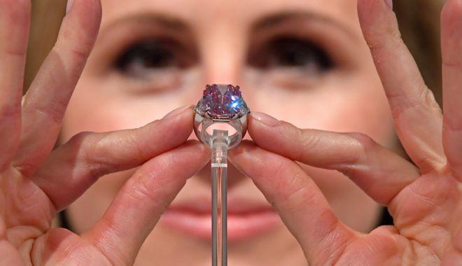Foto: Faimosul diamant roz, Pink Legacy, scos  la licitaţie