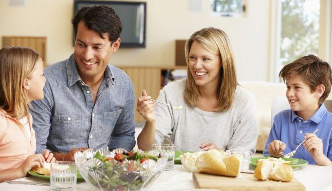 De ce unii membri ai familiei fac COVID și alții nu, deși stau în aceeași casă? Specialiștii explică - familia-1609763347.jpg
