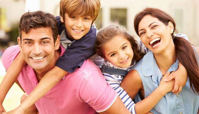"""Foto: """"Mama"""" și """"tata"""" devin """"părintele 1"""" și """"părintele 2"""". Apar critici dure!"""