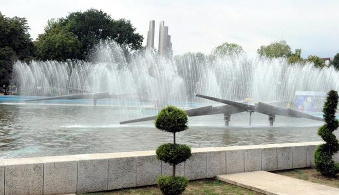 Foto: Spectacol cu lumini şi apă la fântâna arteziană din Parcul Gării