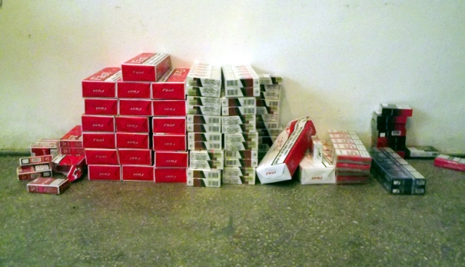Foto: Femei prinse în flagrant,  în timp ce vindeau ţigări netimbrate