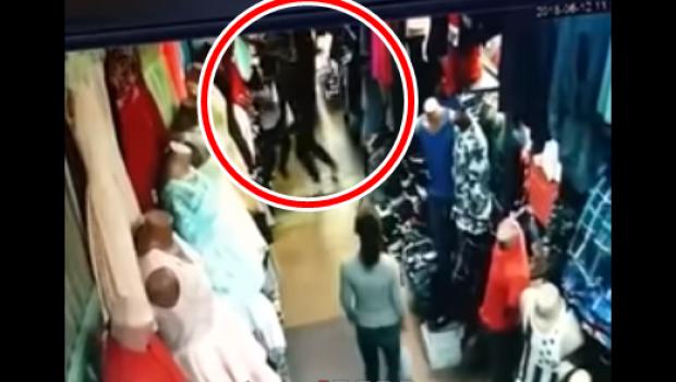 Foto: Scene violente într-un magazin! O vânzătoare, bătută cu sălbăticie de o clientă