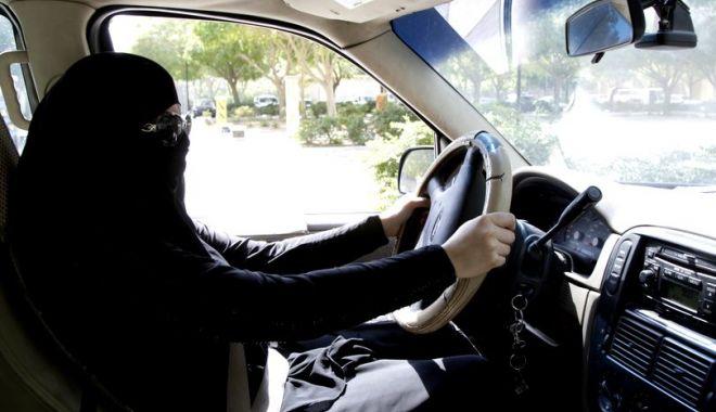 Foto: MOMENT ISTORIC! Arabia Saudită a început să schimbe semnele rutiere pentru a le adapta la șoferițe