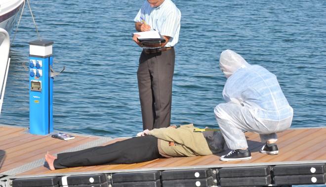 O femeie a fost găsită moartă în Portul Tomis/ Atenție, FOTOGRAFII șocante - femeieinecata12-1317022916.jpg