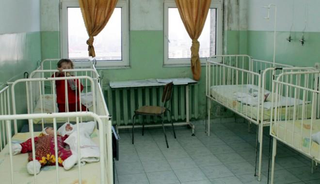 Foto: Copiii ghinionului. Născuţi cu malformaţii şi abandonaţi în maternitate