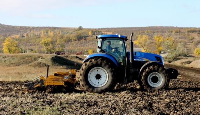 Foto: Fermierii dobrogeni seamănă grânele în praf şi-n pulbere