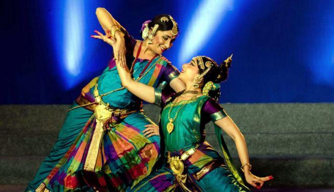 "Foto: Indienii fac show la Teatrul ""Oleg Danovski"""