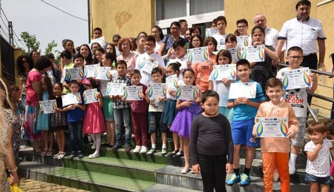 Foto: Festivitate de încheiere a cursurilor la Şcoala Comunitară