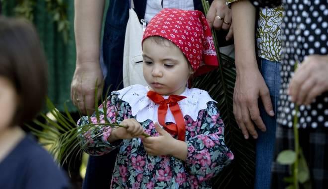 Foto: SĂRBĂTOAREA FLORIILOR / Mii de credincioşi  au participat la procesiune