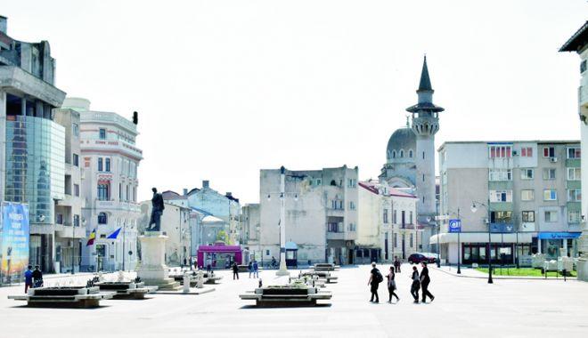 """Foto: Filmul istoric """"Marea Unire - România, la 100 de ani"""", vizionat pe un ecran gigant în Piața Ovidiu"""