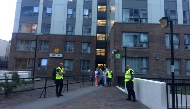 Foto: Cinci blocuri turn din Londra, evacuate. Risc sporit de incendiu