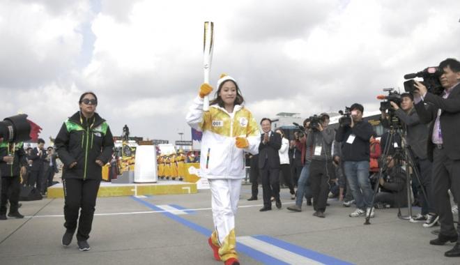 Foto: Flacăra Olimpică a sosit în Coreea de Sud. Cine este prima purtătoare a torţei