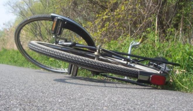 Foto: Scene şocante la un concurs de ciclism. Un concurent a intrat cu viteză într-un copac şi a murit