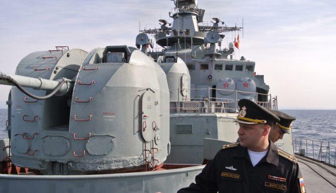 Foto: Flota rusă din Crimeea supraveghează navele NATO intrate în Marea Neagră