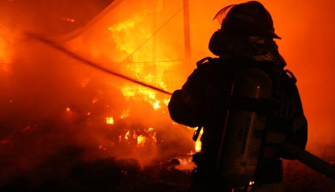 Foto: Incendiu violent. Un loc de joacă şi câteva magazine făcute scrum
