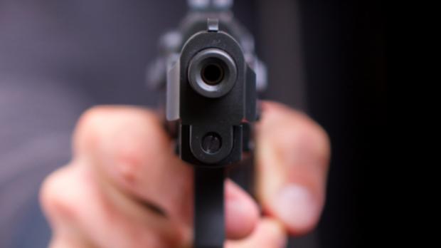 Foto: Un bărbat a tras cu pistolul deranjat de zgomotul copiilor care se jucau
