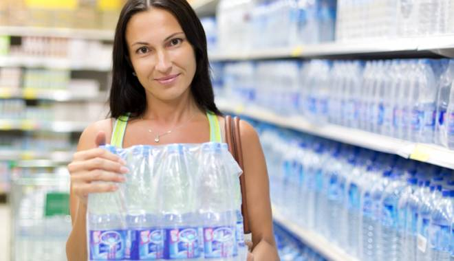 Foto: Alertă în SUPERMARKETURI! MEGA IMAGE, METRO ŞI PENNY vindeau apă plată cu... microbi. Ce mărci au fost retrase